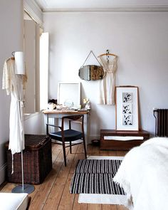 A Victorian house full of character  Inherited   objects or purchased at flea markets have enabled customize this luminous Victorian home, where white is the dominant color and where the furniture brings judicious contrasts.