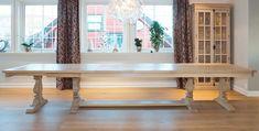 Yggeseth spisebord lages på mål. Pris fra kr. 28.500,- + tilleggsplater kr. 3500,- per stk. Bordet på bildet er i hvitbeiset og lakket, og er derved vedlikeholdsfritt. Bordet lages i valgfrie materialer og behandling. Be oss gjerne om tilbud!