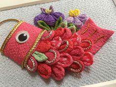 つまみ細工(アレンジつまみ)「こいのぼり号・ピンク」 2x Kanzashi Flowers, Diy Flowers, Fabric Flowers, Decor Crafts, Diy And Crafts, Hand Crafts, Japanese Handicrafts, Japan Crafts, Fabric Animals
