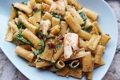 Det är något speciellt med såna här one-pot pasta recept. Pastan blir så krämig och smakrik och det är väldigt enkelt och smidigt att göra allt i en och samma panna. Vi är ju en pesto-älskande familj så alla fullkomligt ÄLSKADE detta. Det är mycket smak av vitlök och så lite sötma från dom soltorkade […]