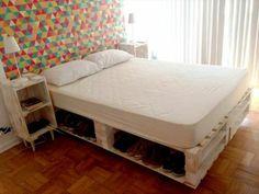 meuble en palette, lit en palette, mur d'accent mutlicolore, rangement intégré pour vos chaussures