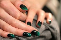 donkergroene nagels http://www.beautyjournaal.nl/2013/11/23/nagellak-trend-donkergroen/