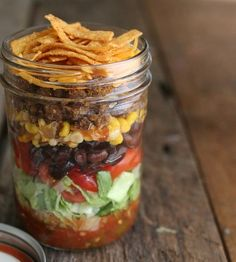 Taco Salad In A Jar | Healthy Salad In A Jar Recipes | https://homemaderecipes.com/salad-jar-recipes-healthy/