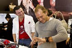 Salvador Zerboni en el stand de Mauricio Serrano Jewelry.