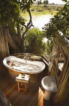 Sanitarios baño / bañeras de baño: Un #baño muy tropical en el exterior!. #decoración #baños