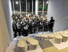 I volontari al briefing per servire mille persone a tavola, prima dell'inizio della cena al Pala Olimpico di Torino