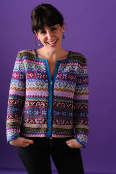 Here is a free access to a wide selection of women's jacquard knit cardigan to help you make your own. Take the time to unravel all the peculiarities in order to be able to build your jacquard vest suitably without any flaws. Fair Isle Knitting Patterns, Fair Isle Pattern, Knitting Designs, Knit Patterns, Punto Fair Isle, Tejido Fair Isle, Mundo Hippie, Norwegian Knitting, Hand Knitting