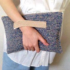 ブルーとベージュの程よい光沢のあるコットンの糸で編んだクラッチバッグです。内袋が付いていますので、物を入れても伸びてしまうことはありません。手を通す部分は両端を縫い付け、さらに本金のカシメでとめて高級感を出しました。毛糸ではなく、コットンの糸なので季節関係なくお使いいただけるかと思います。キレイ目にもカジュアルにも合うと思います。手に持っている写真は、中に三つ折り財布・スマホ・ポーチを入れて撮影しました。【サイズ】横幅 32cm 高さ 21cm【素材】表 コットン糸内袋 綿【技法】かぎ針編み【梱包】簡易包装を予定しております。【注意】お使いいただく方へ、心をこめて丁寧におつくりしていますが、あくまでハンドメイド作品(デリケートに出来ております)だということをご理解いただいた上でのご購入をお願いいたしますm(__)m当方のブログにて、ハンドメイド作品の情報を随時更新していますので、よろしければ「*maiamu*ハンドメイドのおしゃれアイテム」で検索をお願いいたします。