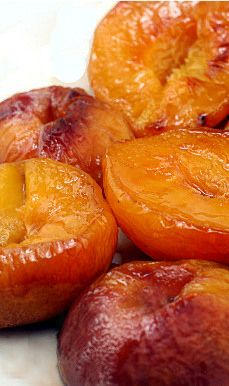 Buttery Brown Sugar Roasted Peaches - less than 100 calories for a dessert that tastes like soft candy. Buttery Roasted Caramel Peaches – eat these as is for a low calorie dessert! 4 to 6 fresh peaches, cut in half and pitted depending on size of peac Köstliche Desserts, Healthy Desserts, Delicious Desserts, Yummy Food, Healthy Recipes, Diet Recipes, Fruit Recipes, Dessert Recipes, Cooking Recipes