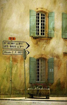 Ein Strassenschild nach St. Remy de Provence - da weiß man doch gleich, dass man hier richtig ist.