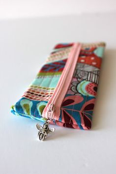 Sweet Verbena: Charmed Pencil Pouch Tutorial and an Etsy Shop! Sewing Lessons, Sewing Class, Sewing Tutorials, Sewing Projects, Sewing Ideas, Craft Projects, Zipper Pouch Tutorial, Pouch Pattern, Pencil Pouch