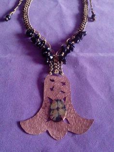 Hermoso collar macrame con copihue de cobre y piedra cruz.