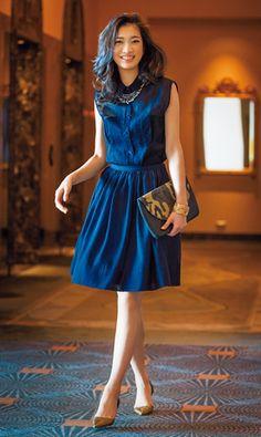 「難易度が高いと敬遠されがちなワントーンコーディネートですが、ネイビーなら地味になりすぎず、ワンピース感覚で着られるので初心者におすすめ。ただ、ともするとのっぺりした印象になるので、華やかなシーンではビジューネックレスや迷彩柄のバッグなどでアクセントをつけて。デイリーなら、白やボーダーのカーディガンを羽織ってカジュアルダウンするのが正解です」