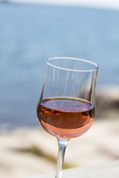 A glass of rose makes my day. http://www.jotainmaukasta.fi/2014/07/19/salsaa-nachoksia-ja-mansikkamargarita/