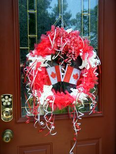 I just made this for Canada Day this weekend! I used a red pool noodle and covered it with strips of red white plastic table cloths, red white curling ribbon and added the flags! Jan M, June 2012 Canada Day 150, Happy Canada Day, Summer Wreath, 4th Of July Wreath, White Plastic Table, Canada Day Crafts, Pool Noodle Crafts, Canada Day Party, Ribbon Curls
