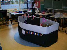 Pakjesboot 12 in de klas!  Gemaakt van (ribbel)karton en crêpepapier.