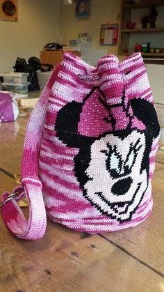 Sac minnie au crochet Crotchet Bags, Knitted Bags, Toddler Bag, Crochet Disney, Tapestry Crochet, Denim Bag, Crochet Accessories, Handmade Bags, Crochet Projects