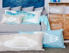 El cardumen de almohadones Taco se renueva con fondos de lino blanco, turquesa o gris, y tintas en gamas de azules y turquesas, y el clásico blanco. Serigrafía artesanal y diseños singulares.