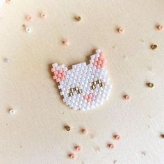 ✨Je vous montre une deuxième version du petit chaton avec des oreilles pointues comme beaucoup me l'ont demandé En pin's, en collier ou en barrette pour vos enfants, leurs copines vont être jalouses à décliner dans toutes les couleurs #miyuki #miyukibeads #perlesmiyuki #miyukidelica #handmade #diy #brickstitch #cat #kitty #kitten #chaton #jenfiledesperlesetjassume #jenfiledesperlesetjaimeca #motifcharlottesouchet