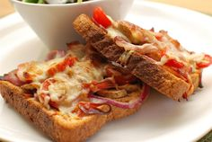 Slimming World Pizza Toast lightly toast bread, top with toppings and bake until cheese melts. Slimming World Pizza, Slimming World Dinners, Slimming World Breakfast, Slimming Eats, Slimming World Recipes, Tostadas, Slimmimg World, Eat Pizza, Pasta