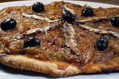 C'est ma première pissaladière, pourtant j'adore l'oignon, ici sublimé avec une boîte d'anchois et quelques olives. Avec une pâte à pizza maison bien sûr. Pepperoni, Olives, Waffles, Breakfast, Food, Home Made Pizza, Onion, Morning Coffee, Essen