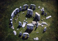 el conjunto megalítico de Stonehenge es una de las construcciones más fascinantes que quedan en pie en el mundo entero. Datado hacia 1600-1400 a.C., este conjunto fue construido en la llanura de Salisbury, al suroeste de Inglaterra, entre los últimos períodos del Neolítico, finales de la Edad de Piedra y los primeros de la Edad del Bronce.