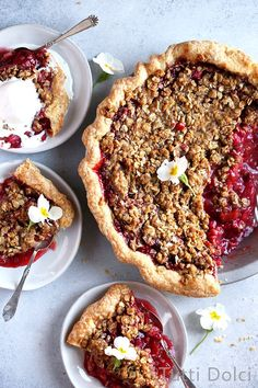 Sweet strawberries and rhubarb shine in this sweet and vibrant strawberry rhubarb crumble pie. Topped with brown sugar crumble, this classic pie is delicious with vanilla bean ice cream. Strawberry Rhubarb Crumble, Cherry Crumble, Pie Crumble, Rubarb Pie, Strawberry Tarts, Rhubarb Recipes, Tart Recipes, Strawberry Recipes, Gourmet