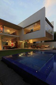 Casa Godoy by Hernández Silva Arquitectos Weet eigenlijk niet of ik dit mooi vind, een beetje, denk ik...
