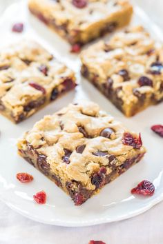 Cranberry+Chocolate+Chip+Blondies+-+Super+soft,+buttery+bars+packed+with+chewy+cranberries!+And+there's+a+chocolate+overload+in+every+bite!!