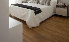 Pisos que imitam madeira: conheça os tipos e 80 fotos para te inspirar Bathroom Design Small, Living Room Decor, Flooring, Bedroom, Table, Furniture, Home Decor, Nova, Natural