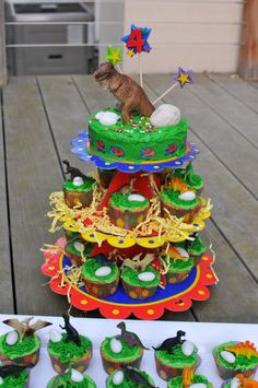 Great dinosaur cake making use of dinosaur figures as cake toppers!