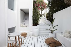 Three Birds' Santorini-inspired Australian home renovation - getinmyhome Outdoor Spaces, Outdoor Living, Style Tropical, Louvre Doors, Three Birds Renovations, Australian Homes, Outdoor Settings, Luxury Apartments, Home Renovation