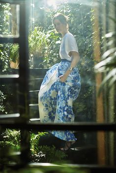 Wide-fitting long pure silk gazar skirt. Decorated with Chinese geranium print on the sides and a grosgrain belt at the waist.