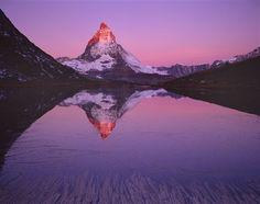 El monte Matterhorn con 4.478 metros de altitud, en la frontera entre Suiza e Italia., aparece aquí reflejado en el lago Riffel en Zermatt. En francés se llama Cervin y en italiano Cervino.