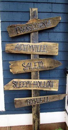 DIY Halloween yard or porch sign Halloween Town, Casa Halloween, Theme Halloween, Halloween Trees, Halloween Pictures, Holidays Halloween, Halloween Crafts, Halloween Pallet Signs, Pallet Halloween Decorations