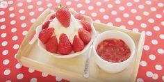 딸기 빙수 <Strawberry Bingsu> — เทนมใส่ถุงแช่ฟรีซ • พอแข็งเทใส่ชาม • บี้สตอเบอรี่+น้ำตาล • ราด+ตกแต่ง