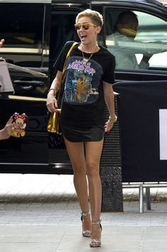 Miley Cyrus wears a T-shirt that's NOT cropped .. Love it!