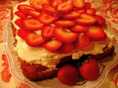 Mystery Lovers' Kitchen: spongecake with strawberries