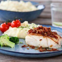PANNESTEKT TORSK MED BACONSMØR OG SITRONPOTETMOS | TRINES MATBLOGG Camembert Cheese, Mashed Potatoes, Meal Planning, Nom Nom, Bacon, Food And Drink, Fish, Meals, Dinner