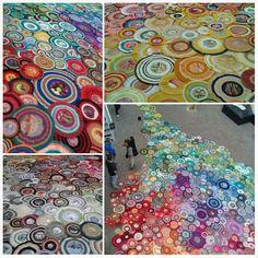 groot vloerkleed gemaakt van single cirkels