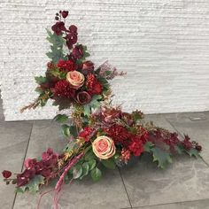 Grave Flowers, Funeral Flowers, Deco Floral, Arte Floral, Grave Decorations, Fall Flowers, Ikebana, Kids And Parenting, Flower Arrangements