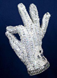 Michael Jackson's wardrobe on show in London Best Trap Music | Trap Radio | RADIO Mix #13   https://www.youtube.com/watch?v=LjgGWn-4vhc