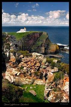 Stoer Head Lighthouse · near Lochinver · Scotland (Pos.: 58° 14.409'N 005° 24.165'W); built 1870; Height of Tower 14 metres; Range 24 nm; Today: The light keepers residence has been converted into 2 self-catering holiday flats
