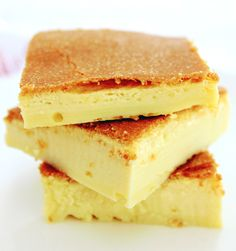 Easy Keto Crème Brûlée Bars - Ready for the oven in 5 minutes! Easy Guava Cake Recipe, Beach Dessert, Keto Recipes, Cake Recipes, Cream Brulee, Brulee Recipe, Cheesecake Cups, Keto Cream, Keto Snacks