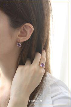 """Ein Ring, der Sie für immer begleiten wird; strahlende Brillanten umgeben einen leuchtenden Amethysten. Die Bedeutung vom Amethyst führt zum griechischen """"amethyein"""" zurück, welches """"nicht betrunken"""" bedeutet. Diese Bedeutung führt auf die entgiftende Wirkung des Amethysten zurück, denn damals glaubte man, dass dieser gegen Trunkenheit wirken solle. Ring Rosegold, Elegant, Diamond Earrings, Rose Gold, Jewelry, Remember This, Gemstones, Rings, Nice Asses"""