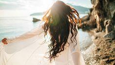 Consiéntelo y sigue al pie de la letra los cuidados que te mencionaremos sobre cómo proteger tu cabello del sol, el cloro y agua salada.