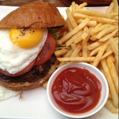 Jones burger with fried egg! Egg Burger, French Fries, Hamburgers, Eggs, French Fries Crisps, Hamburger Patties, Chips, Fries, Hamburger