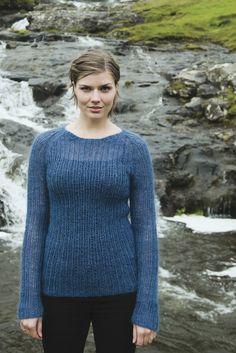 En lun sweater er skøn, når kulden melder sin ankomst - her kan du strikke en yndig ribbluse til damer.