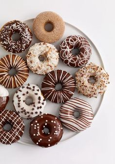 Donuts are fried sweets made with flour, white sugar, butter and eggs. Donuts are one of the favorite foods of American nationals. Donuts are more welcomin Mini Donuts, Fancy Donuts, Cute Donuts, Doughnuts, Delicious Donuts, Delicious Desserts, Yummy Food, Classic Desserts, Cute Desserts