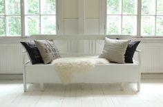 Valkoinen puusohva <3 Cottage Living, Accent Chairs, Lounge, Couch, Hallways, Furniture, Summer, Diy, Home Decor